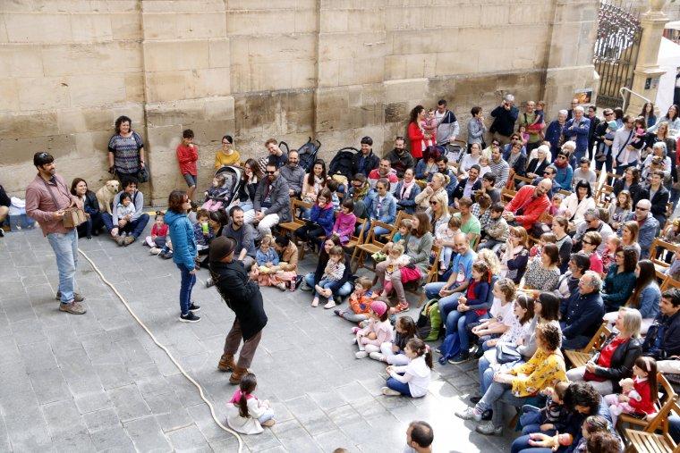 Gran pla general de l'espectacle 'Music Box' del programa de la Fira de Titelles de Lleida amb el nombrós públic