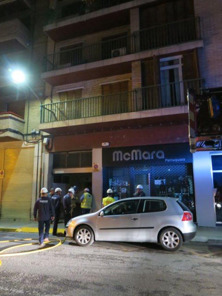 Imatge de la façana de l'edifici i el pàrquing on hi va haver l'explosió.