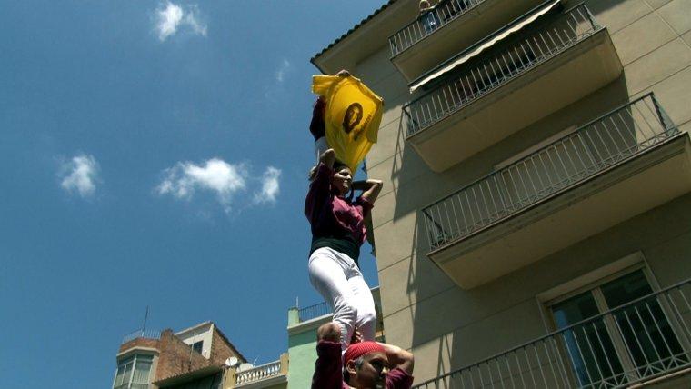 Imatge de la part superior del pilar de 4 amb la nena que aguanta una samarreta amb la cara de Meritxell Serret.