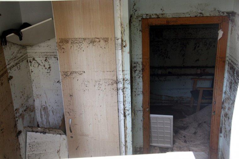 Imatge de l'interior d'una de les habitacions inundades del semisoterrani de la residència geriàtrica d'Agramunt