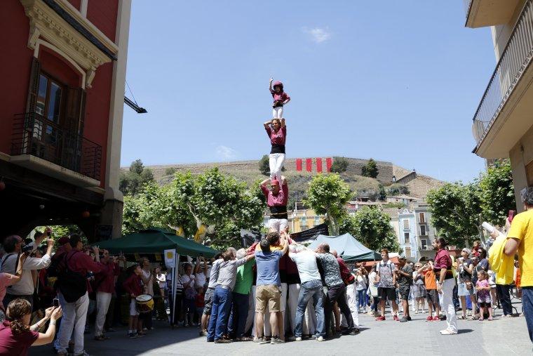 Imatge general del pilar de 4 aixecat pels Castellers de Lleida a la plaça Mercadal de Balaguer.