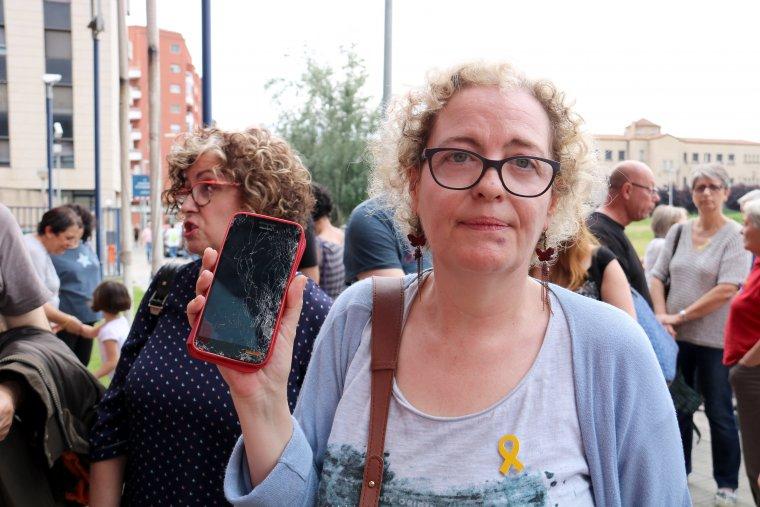 La coordinadora de l'Assemblea Territorial de l'ANC de Lleida amb un blau visible sota el llavi i el mòbil trencat.