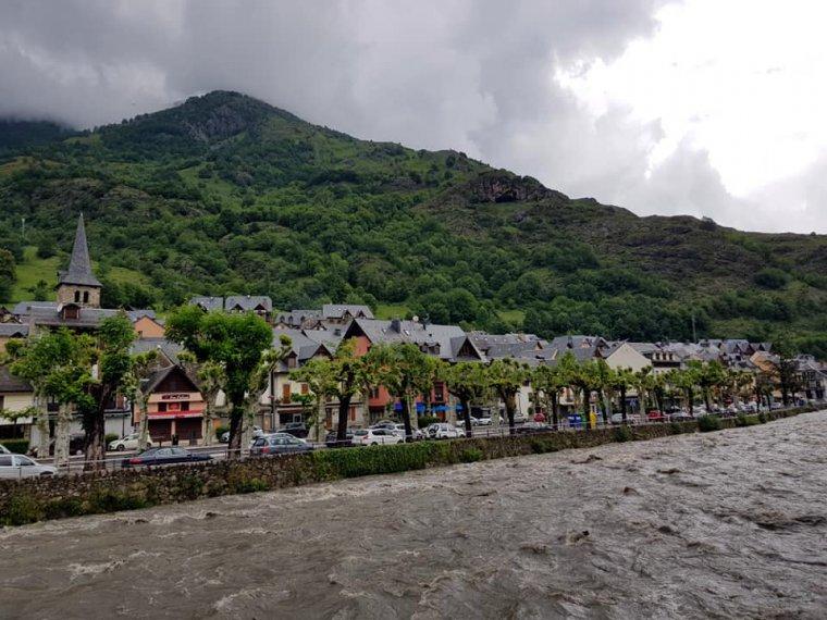 Pla general del riu Garona al seu pas per la localitat aranesa de Bossòst