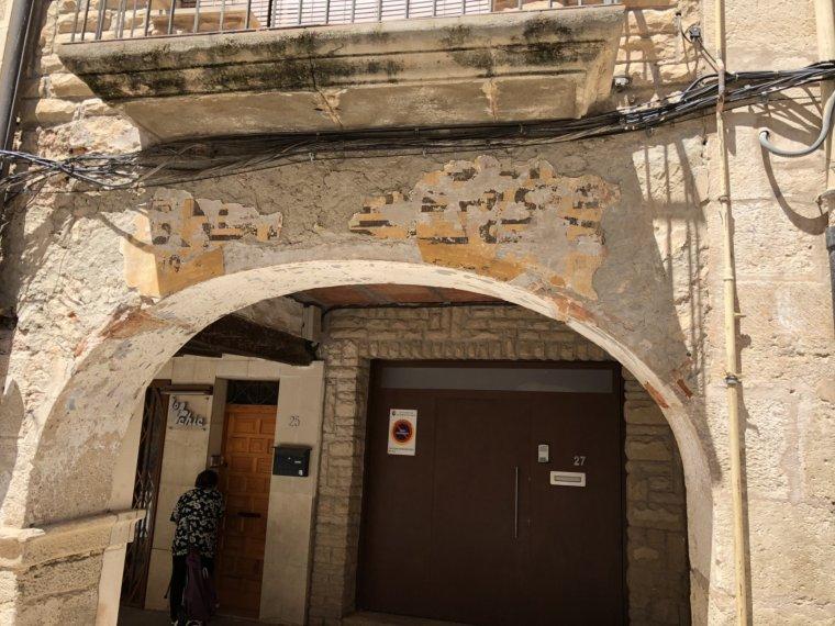 Un dels porxos de la plaça de l'1 d'octubre de les Borges Blanques