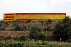 Apareix una bandera espanyola sobre el mural amb el lema «Fem República».