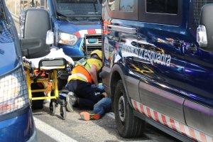 Efectius del SEM atenent l'home que ha resultat ferit en la càrrega dels Mossos d'Esquadra per desallotjar les persones que tallaven l'A-2