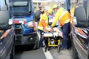 Efectius del SEM enduent-se l'home que ha resultat ferit en la càrrega dels Mossos d'Esquadra a l'A-2, a Soses