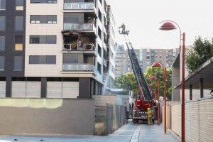 El foc ha despertat una gran expectació entre els veïns que es trobaven per la zona.