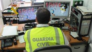 Imatge d'un guardia civil investigant part del material