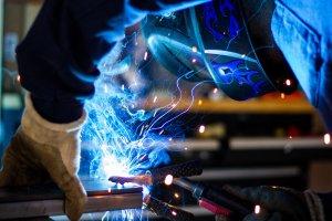 Imatge d'un soldador al taller de Juan Coll