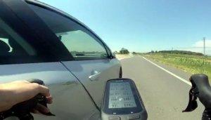 Imatge extreta del vídeo on es pot veure el cotxe que passa fregant la bicicleta en una carretera de Balaguer