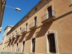 La façana sud de la Universitat de Cervera, recentment rehabilitada.