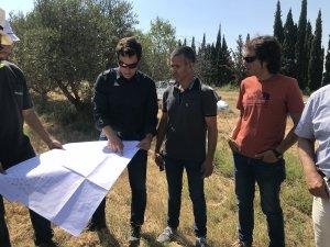 L'alcalde d'Alcarràs, Miquel Serra, i el regidor d'Urbanisme, Santi Pelegrí, visitant els terrenys.