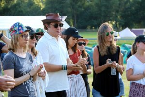 Pla mig del director del Doctor Music Festival durant la inauguració del menhir sagrat a l'esplanada d'Escalarre