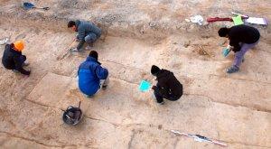 Pla picat de diversos arqueòlegs treballant per obrir les fosses de Miravet