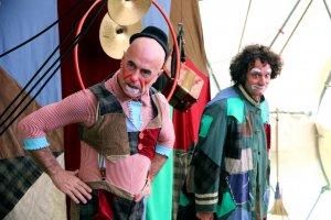 Primer pla de dos pallassos a un espectacle del festival Esbaiola't