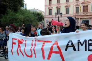 Una noia cridant consignes al capdavant de la manifestació a Lleida