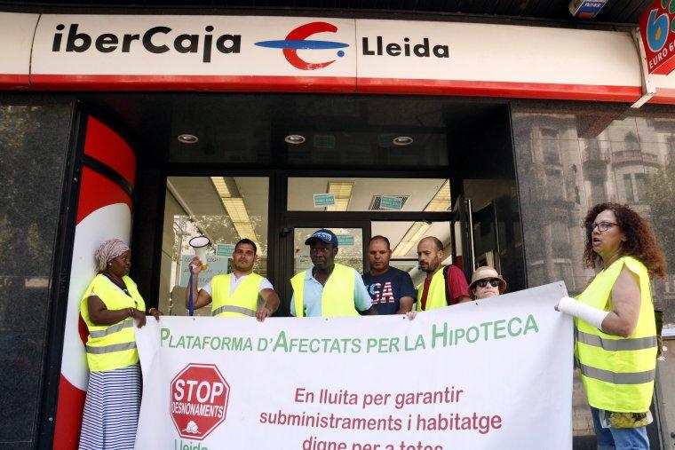 Alguns dels membres de la PAH que s'han tancat a l'oficina d'Ibercaja de Rambla Ferran