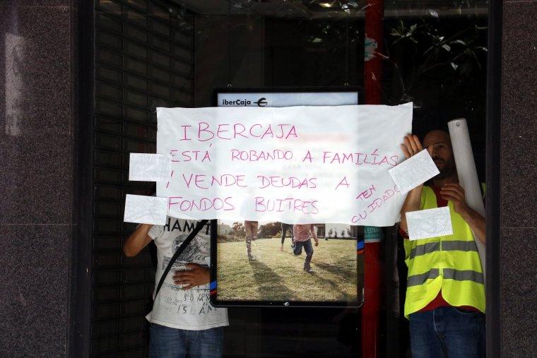Alguns dels membres de la PAH que s'han tancat a l'oficina d'Ibercaja de Rambla Ferran, a Lleida