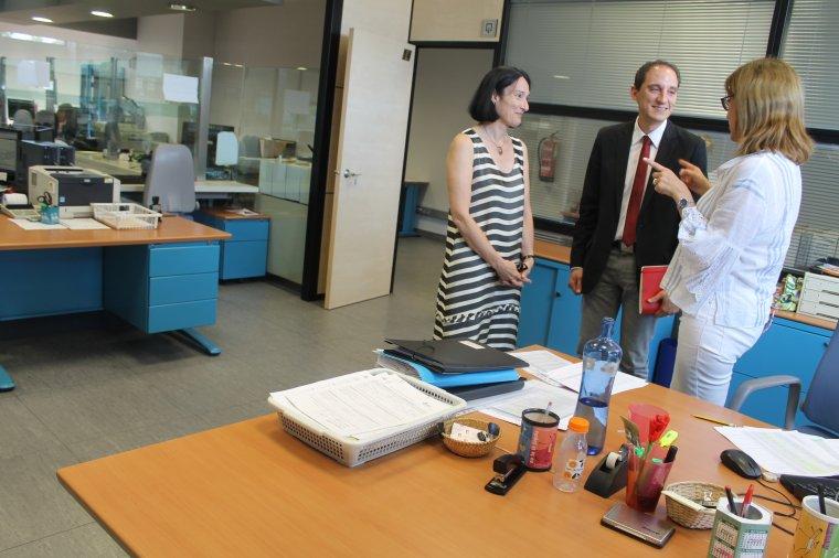 El subdelegat del govern de l'Estat a Lleida, José Crespín, durant la visita a les instal·lacions de la DGT .