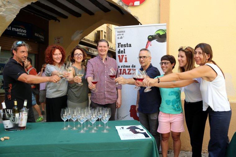 Els responsables dels cellers que participaran al festival Jazzivi brindant amb vins del Pallars