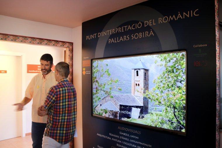 Imatge de dos persones visitant el Punt d'interpretació del romànic de Son del Pi