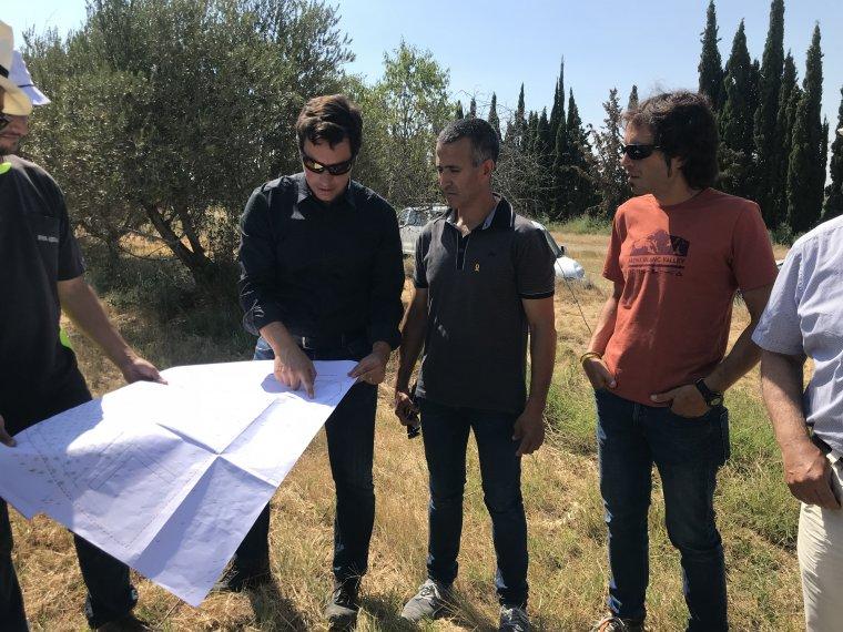 L'alcalde d'Alcarrà s, Miquel Serra, i el regidor d'Urbanisme, Santi Pelegrí, visitant els terrenys.