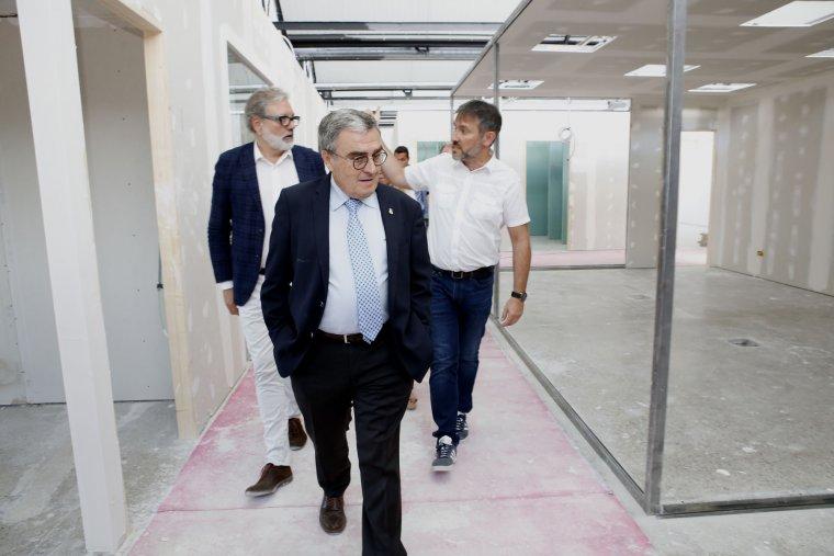 L'alcalde de Lleida, Àngel Ros, acompanyat de Fèlix Larrosa i Rafel Peris han visitat aquest dimarts les obres de rehabilitació.