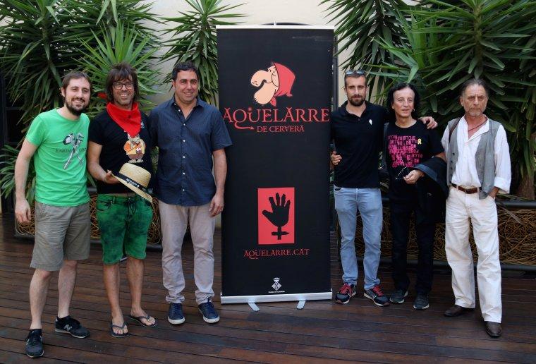 Pla general de la foto de família de la presentació de la festa de l'Aquelarre de Cervera a l'Antiga Fàbrica Estrella Damm de Barcelona