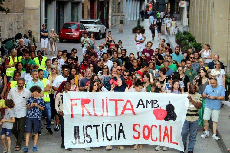 Pla general de la manifestació a Lleida, al seu pas per l'Eix Comercial, per denunciar que més d'un centenar de temporers dormen al carrer