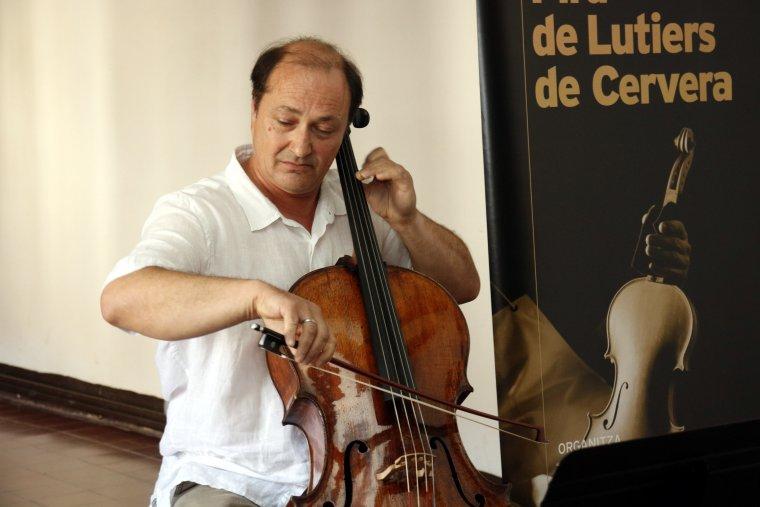 Pla mig on es pot veure el violoncel·lista Laurentiu Sbarcea tocant un Giovanni Grancino