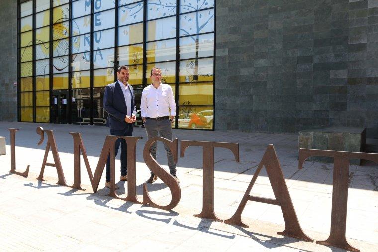 Pla obert on es poden veure l'alcalde de Mollerussa, Marc Solsona, i el portaveu d'ERC a l'Ajuntament de Mollerussa, Engelbert Montalà