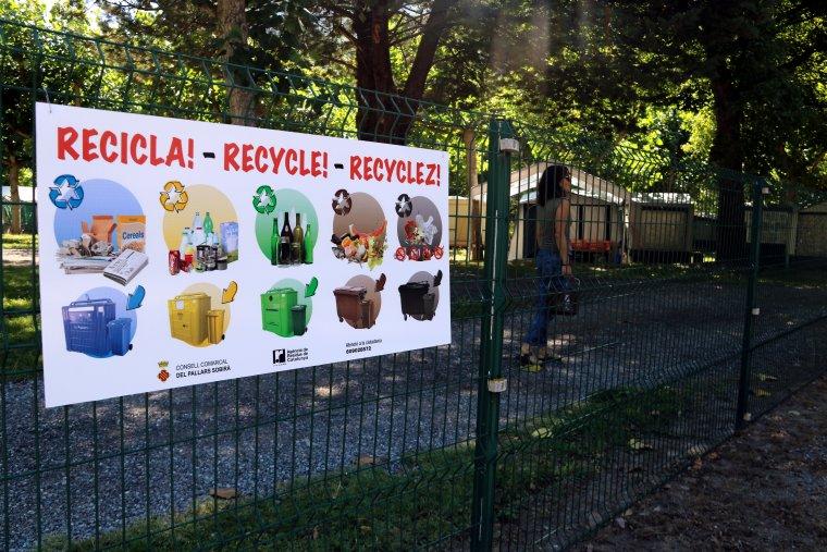 Primer pla d'un cartell informatiu a un dels càmpings del Pallars Sobirà