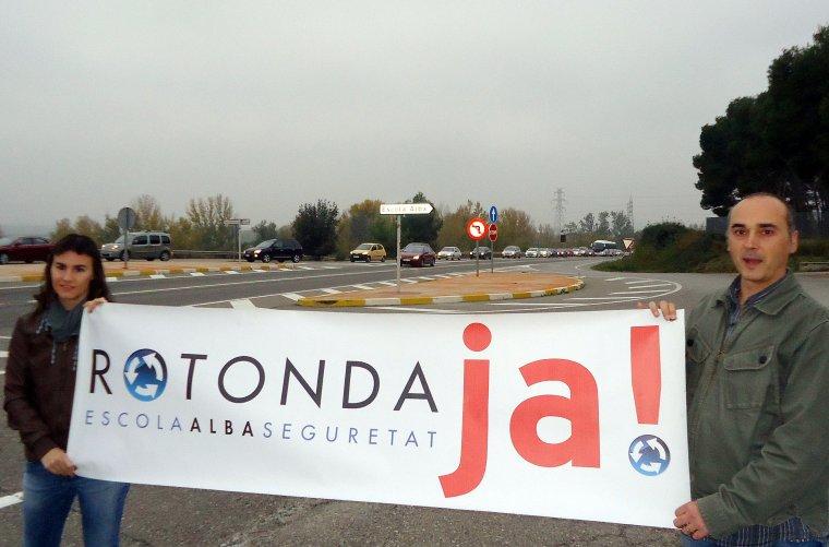 Representants de l'AMPA de l'Escola Alba reclamant la construcció d'una rotonda l'any 2015.