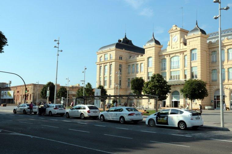 Taxis aturats davant de l'estació de trens de Lleida, treballant amb normalitat el 30 de juliol