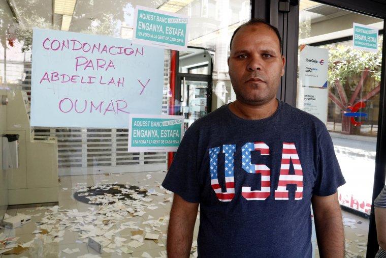 Un dels afectats per Ibercaja, Abdelilah, que s'han tancat a l'oficina de l'entitat bancària de Rambla Ferran