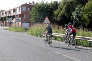 Els tres ciclistes que han iniciat la marxa reivindicativa, arribant a Artesa de Lleida