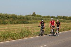 Els tres ciclistes que han iniciat la pedalada reivindicativa, arribant a Artesa de Lleida