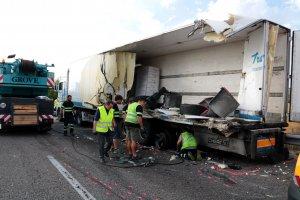 Estat en què ha quedat un dels camions que s'ha vist implicat en l'accident a l'A-2
