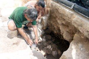 Imatge de les excavacions que s'han fet a la Plaça Major de Tàrrega i on s'han trobat uns plats dels segles XVI i XVII