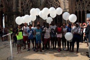 Imatge dels joves del Centre Obert de Lleida a punt per llençar els globus