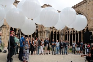 Imatge general de l'homenatge a les víctimes del 17-A al claustre de la Seu Vella de Lleida