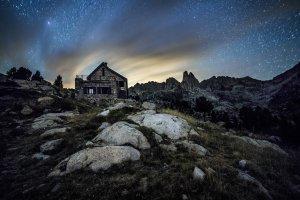 Imatge panoràmica nocturna del Refugi d'Amitges, al Parc Nacional d'Aigüestortes