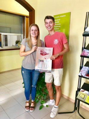La regidora Ariadna Salla, amb el cartell guanyador del concurs de la Festa Major 2018 i el seu autor, David Fernández