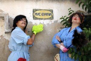Pla curt de dues actrius vestides de dones de la neteja durant la presentació del festival Cua d'Estiu a Fondarella