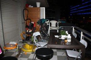 Pla general del balcó del pis on han trobat una dona morta a Salou