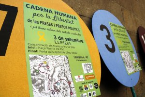 Pla mig on es poden veure cartells de la cadena humana convocada a Lleida