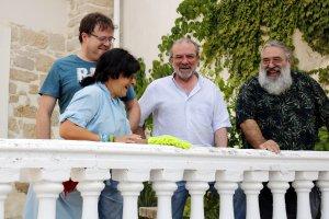 Pla mig on es pot veure l'alcalde de Fondarella, Joan Reñé, amb els dos organitzadors del festival Cua d'Estiu