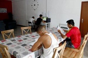 Quatre dels menors estrangers no acompanyats que viuen al pis d'autonomia de Santa Maria de Gimenells