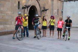 Tres ciclistes, abans d'iniciar la pedalada reivindicativa a la plaça Paeria de Lleida